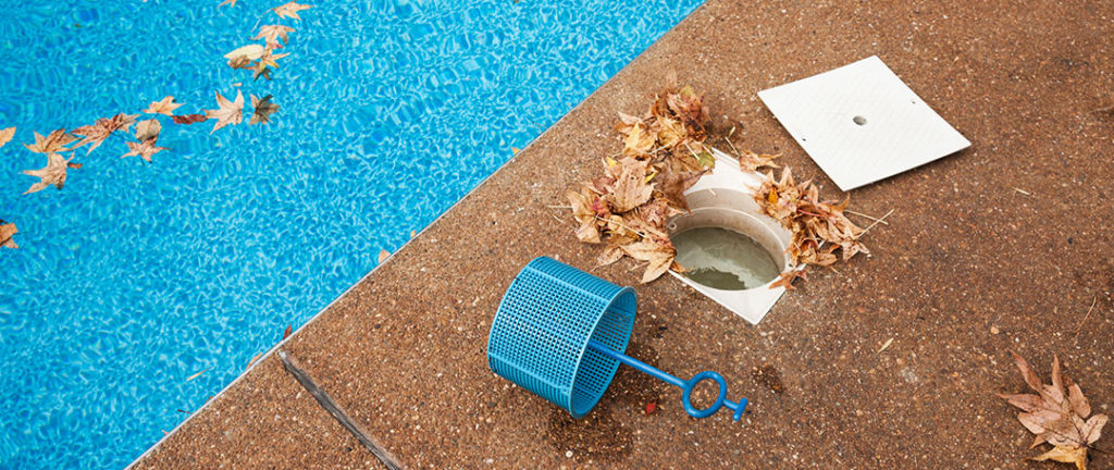 Pool pump basket with leaves disrupting the suction flow of a swimming pool